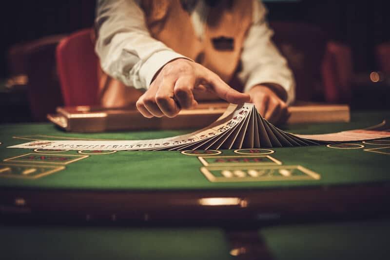 Nätcasino spela blackjack mot en dealer live